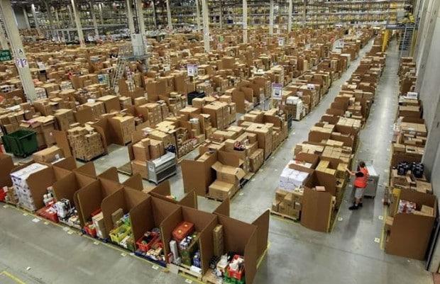 I robot che gestiscono la logistica di Amazon ed il braccialetto elettronico